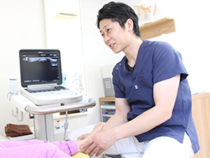 高知市えぐち鍼灸整骨院 エコーで骨折の有無を確認している様子