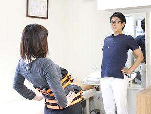 高知市えぐち鍼灸整骨院でリアライン・コアの指導を受けている様子