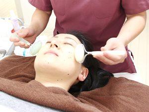 高知市えぐち鍼灸整骨院での美顔翡翠ローラーの施術の様子
