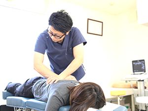 高知市えぐち鍼灸整骨院のトムソンベッドで肩こりの治療を受けている様子