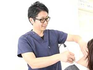 高知市えぐち鍼灸整骨院の肩こりの患者様にアキュスコープスコープを施術している様子