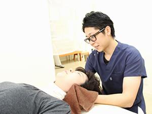 高知市えぐち鍼灸整骨院の院長が頭痛の治療を行っている様子