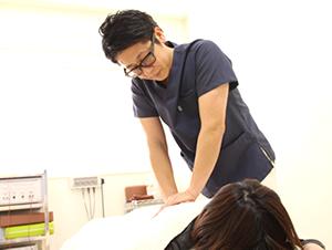 カイロプラクティックによる手技で矯正するえぐち鍼灸整骨院の院長の様子