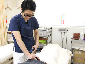 えぐち鍼灸整骨院で院長がハイチャージ特別治療を施術している様子