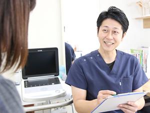 高知市えぐち鍼灸整骨院の院長が整体の診察をしている様子
