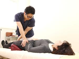 高知市えぐち鍼灸整骨院のソフトブロック矯正を施術している様子