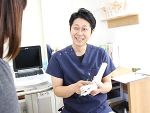 高知市にあるえぐち鍼灸整骨院の院長が説明をしている様子
