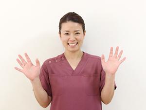 高知市えぐち鍼灸整骨院の美容鍼を行う女性施術者